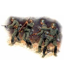 1:35 Германски войници в настъпление, 1941-1942 - 4 фигури (Eastern Front Series. Kit № 1. German Infantry in action, 1941-1942  - 4 figures)