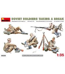 1:35 Съветски войници в почивка (Soviet Soldiers Taking a Break) - 5 фигури