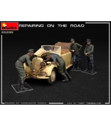 1:35 Repairing on the Road (Typ 170V Personenwagen Cabrio & 4 Figures)