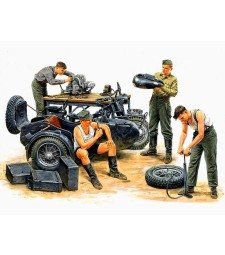 1:35 Поправка на мотоциклет, Германски войници - 4 фигури (German Motorcycle Repair Crew  - 4 figures)