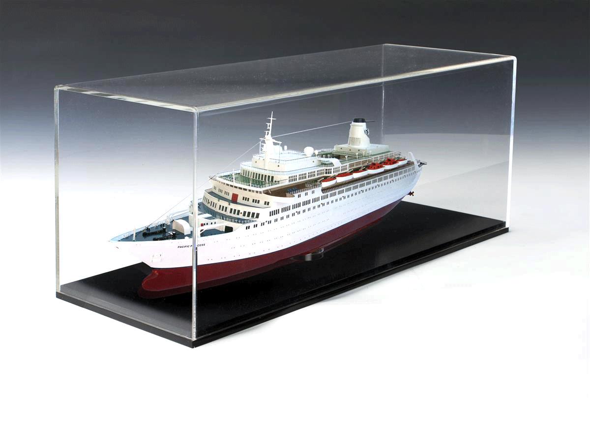 Модел на кораб в дисплей кутия